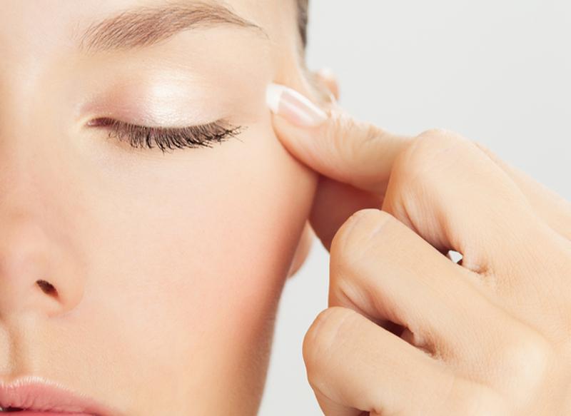 Beneficios antiedad de un automasaje facial… ¡En casa!
