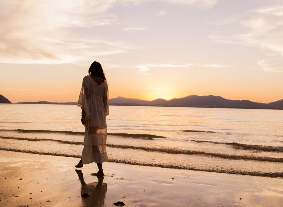 Sigue los pasos de la arena: los beneficios de caminar en la playa